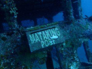 マタキング島の海の中にある沈没船(ダイビングスポット)のポスト