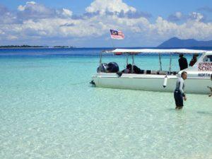マタキング島のビーチと船