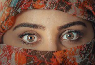 茶色の目を持つムスリム女性