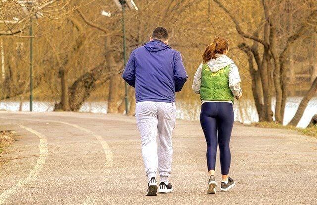 冬にランニングするカップル