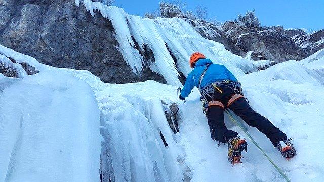 氷の山を登る登山家