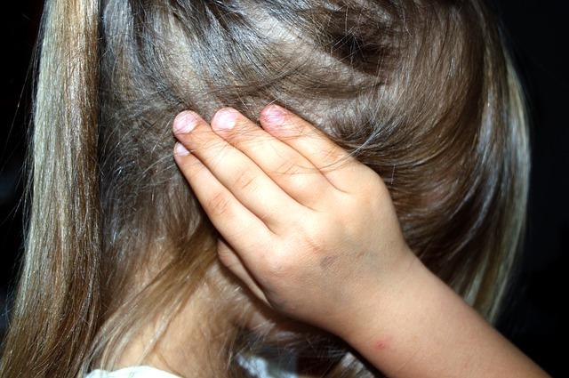 寒さで耳が痛い女の子