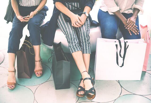 買い物する人たち