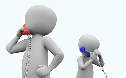 電話をかけている人