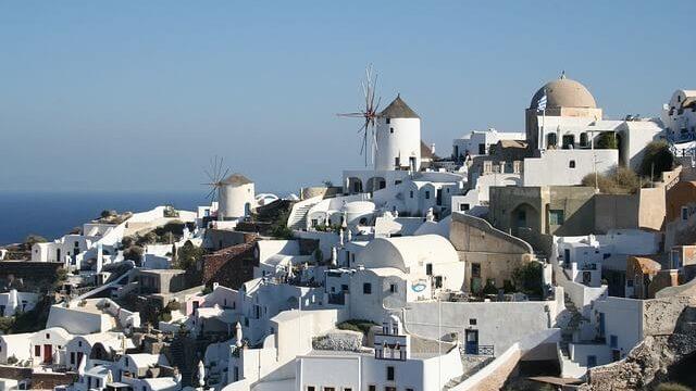 ギリシャのサントリーニ島と海と風車