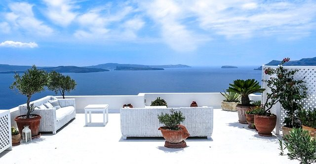 ギリシャのサントリーニ島の町の椅子