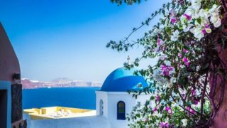 ギリシャのサントリーニ島の青いドームと花