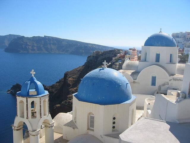 ギリシャのサントリーニ島の青いドーム