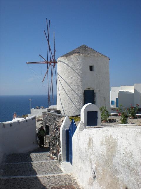 ギリシャのサントリーニ島の風車のある景色1