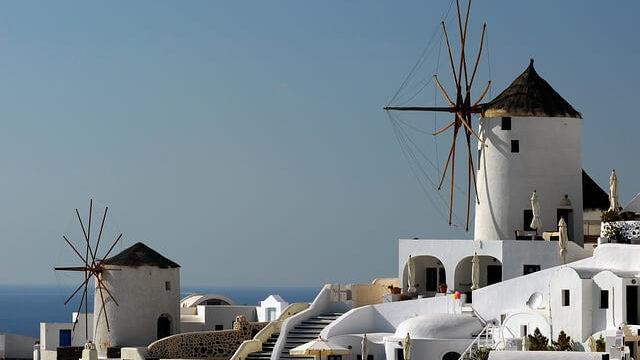 ギリシャのサントリーニ島の風車のある景色