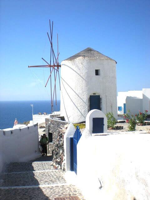 ギリシャのサントリーニ島の風車のある景色(白飛び) (1)