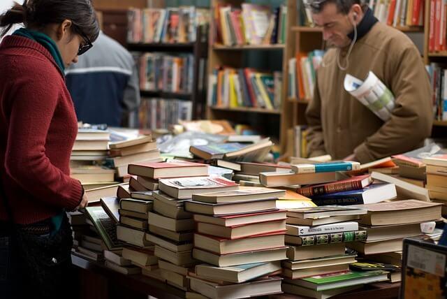 本屋に並ぶ本1