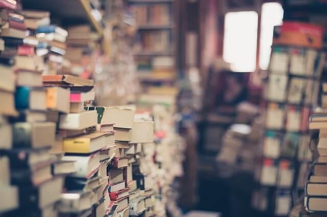 本屋に並ぶ本3