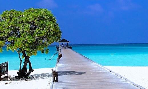 モルディブのビーチとデッキ