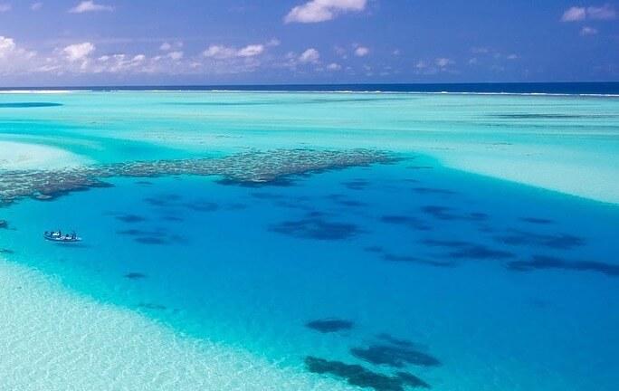 モルディブの美しい海を空から眺める