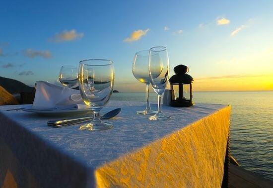 ビーチでロマンチックディナー