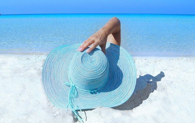 ビーチと麦わら帽子