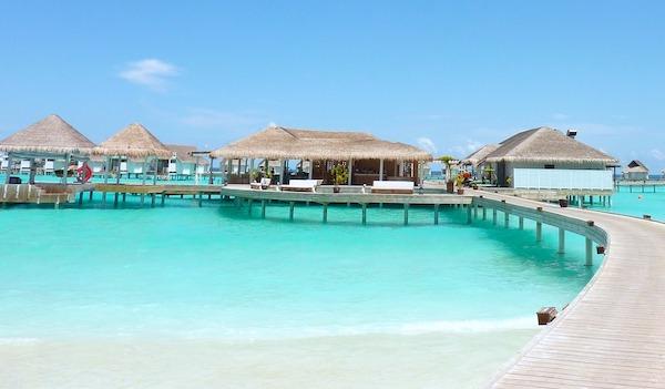 モルディブの水上コテージと桟橋