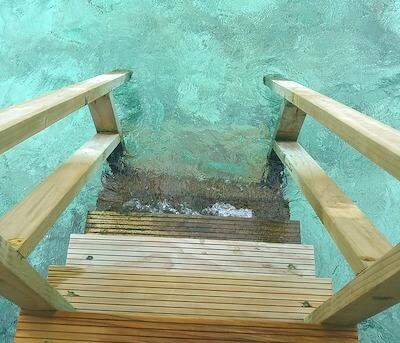 モルディブ水上コテージの海への階段