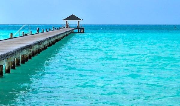 美しい海にかかるモルディブのホテルの桟橋