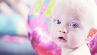 青い目の赤ちゃんの写真