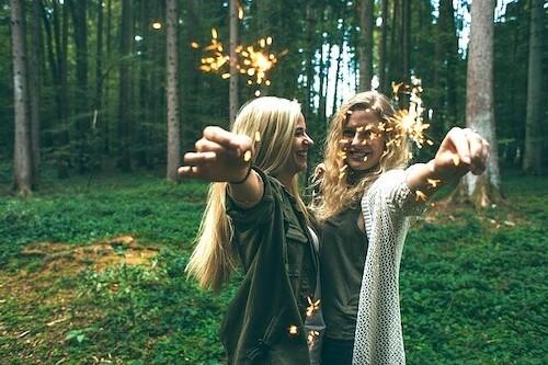 花火をする女の子たち