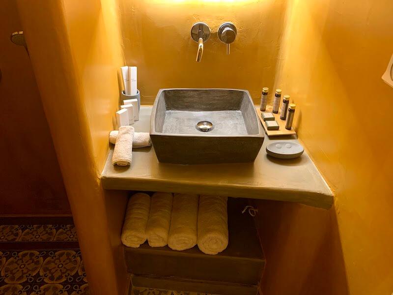 フィラのおすすめホテル(Irene City Villas)バスルームの洗面台1