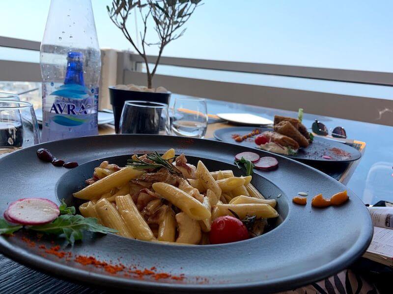 フィラのレストランClassicoの料理(ベーコンのペンネ)