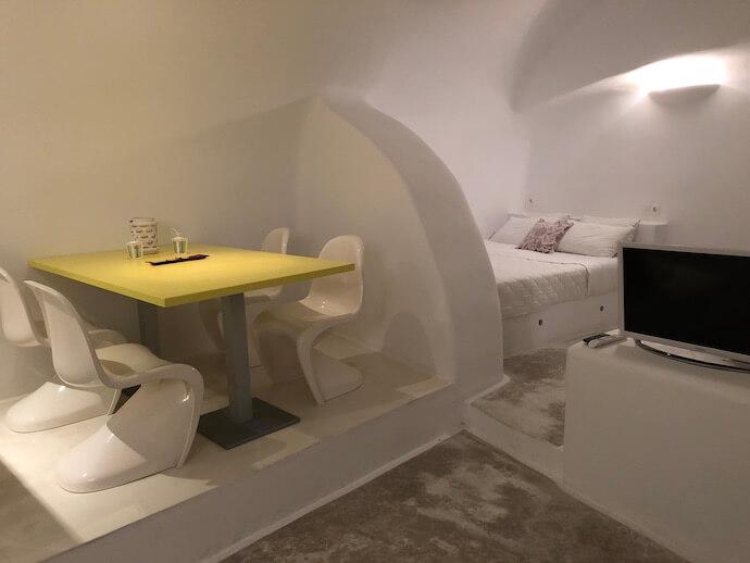サントリーニのアナンダ・ヴィンテージアパートのリビングとベッド