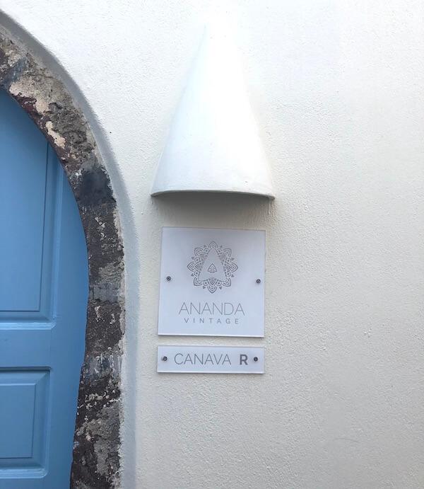 サントリーニのアナンダ・ヴィンテージアパートの看板