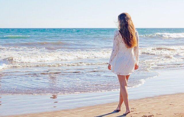 モルディブのビーチに立つ女性